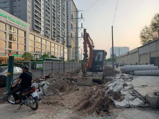 Hà Nội: Xôn xao hình ảnh đang đào đường Tố Hữu phát hiện 1 người dưới lòng đất ở độ sâu 2 mét - Ảnh 9.