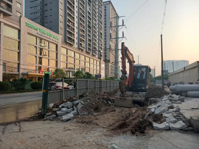 Hà Nội: Xôn xao hình ảnh đang đào đường Tố Hữu phát hiện 1 người dưới lòng đất ở độ sâu 2 mét - Ảnh 4.