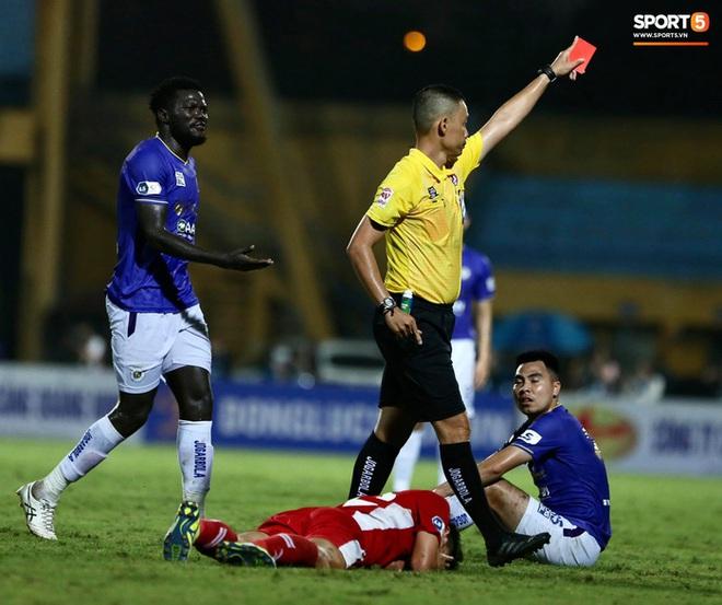 Đức Huy ăn thẻ đỏ sau pha gạt tay trúng má cầu thủ Viettel - Ảnh 6.
