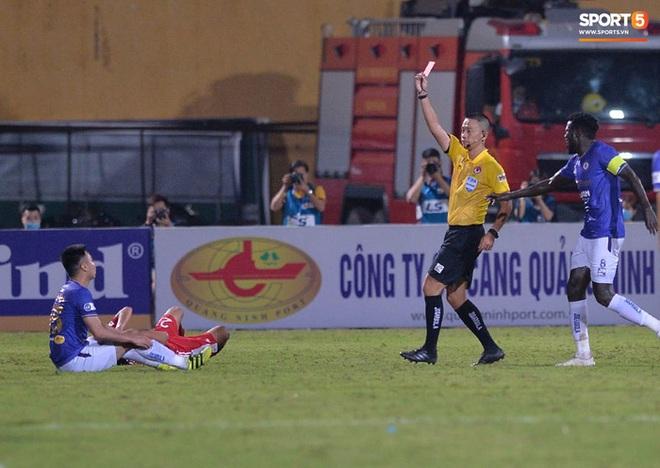 Đức Huy ăn thẻ đỏ sau pha gạt tay trúng má cầu thủ Viettel - Ảnh 8.