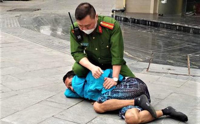 Hà Nội: Người đàn ông sống lang thang hung hãn tấn công người đi đường bằng gạch, chất bẩn