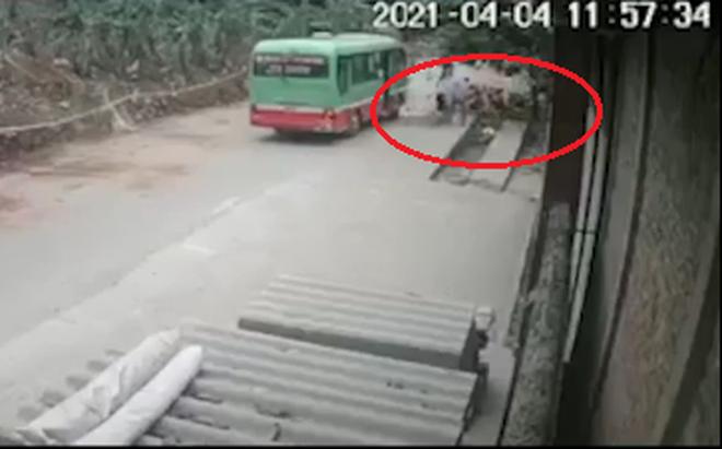 """Clip: Khoảnh khắc phụ xe buýt """"ném"""" khách xuống đường gây bức xúc"""