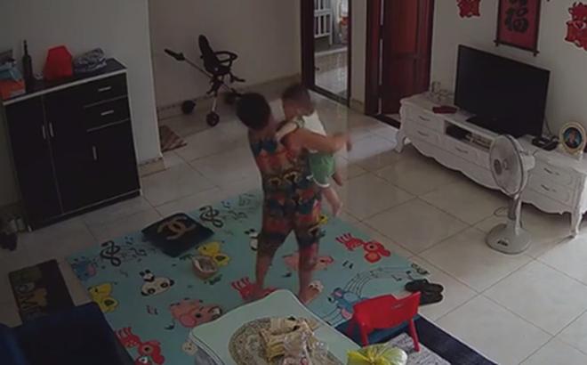 Check camera, mẹ trẻ hoảng hồn thấy con trai 9 tháng tuổi bị nữ ô sin bế vào toilet rồi khóc ré lên dữ dội