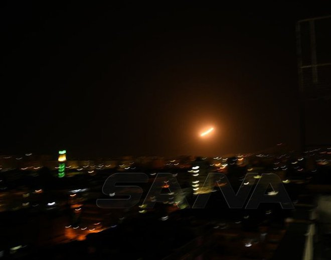 Nổ rất lớn tại Damascus: Syria bị dồn dập tấn công, hệ thống phòng không rực lửa đáp trả! - Ảnh 2.
