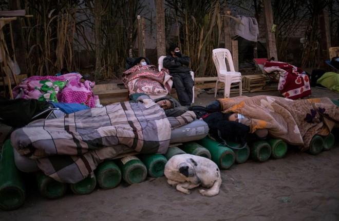 24h qua ảnh: Người dân nằm ngủ ngoài trời để xếp hàng mua ôxy - Ảnh 2.
