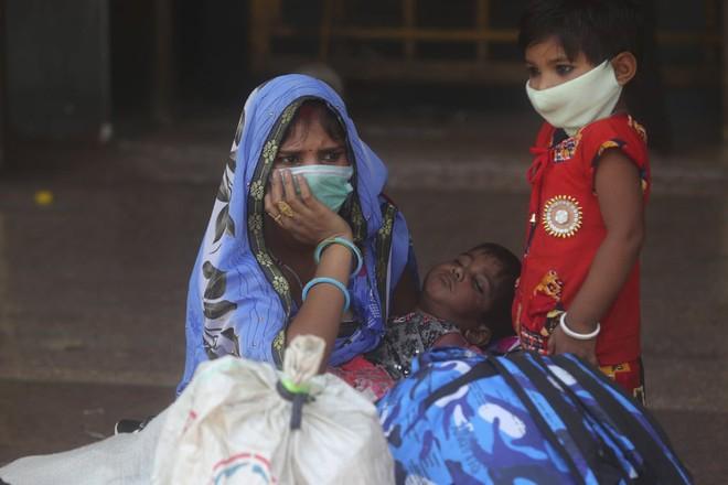 24h qua ảnh: Người dân nằm ngủ ngoài trời để xếp hàng mua ôxy - Ảnh 9.