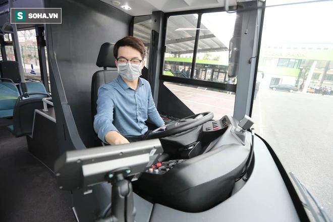 Xe buýt điện VinBus chính thức lăn bánh:  Người dân hào hứng đi thử - Ảnh 3.