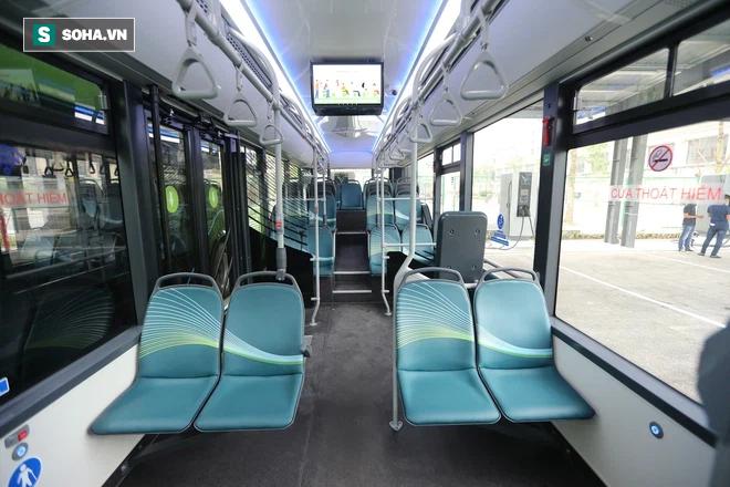 Xe buýt điện VinBus chính thức lăn bánh:  Người dân hào hứng đi thử - Ảnh 4.