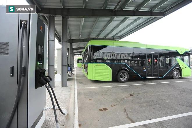 Xe buýt điện VinBus chính thức lăn bánh:  Người dân hào hứng đi thử - Ảnh 9.