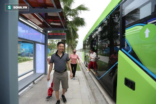 Xe buýt điện VinBus chính thức lăn bánh:  Người dân hào hứng đi thử - Ảnh 17.