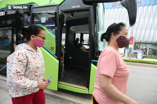 Xe buýt điện VinBus chính thức lăn bánh:  Người dân hào hứng đi thử - Ảnh 18.
