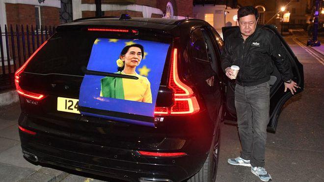 Phản đối chính quyền quân sự, Đại sứ Myanmar tại London bị nhốt ngoài cửa Đại sứ quán - Ảnh 1.