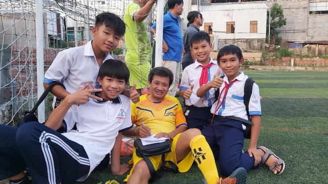 Ông Đoàn Ngọc Hải bị chấn thương nên chỉ ra sân được 5 phút trong trận bóng đá quyên góp từ thiện - Ảnh 2.