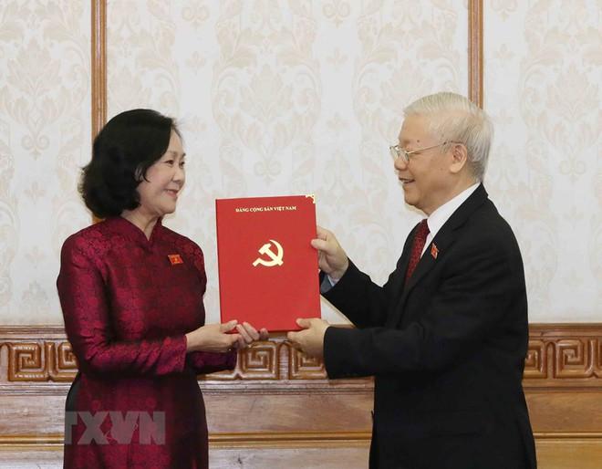 Tổng Bí thư Nguyễn Phú Trọng trao quyết định phân công 2 nữ Trưởng Ban Tổ chức Trung ương và Dân vận Trung ương - Ảnh 1.