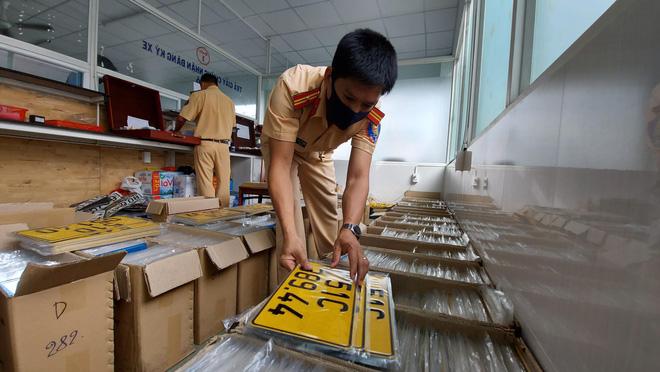 CSGT TPHCM làm việc cả ngày nghỉ để cấp biển số vàng - Ảnh 1.