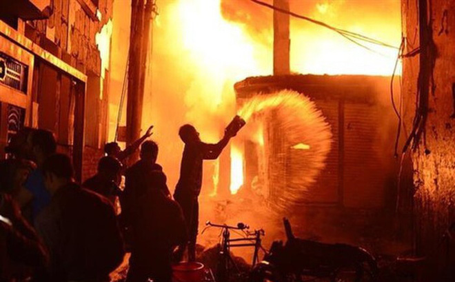 Khóa cửa nhà người yêu cũ trong đêm rồi đổ xăng đốt vì bị chia tay