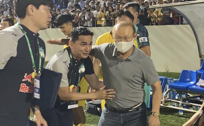 Hạ gục Đà Nẵng, HLV Kiatisuk và Văn Toàn được thầy Park xuống tận sân bắt tay chúc mừng