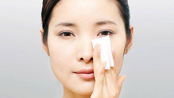 Chuyên gia da liễu: Cách giúp kiểm soát da dầu cực hiệu quả trong những ngày nắng nóng - Ảnh 1.