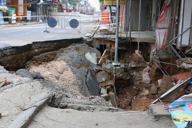 Hố tử thần xuất hiện ở Hà Nội đã lan rộng hơn 100m2, 20 hộ dân phải di dời - Ảnh 2.
