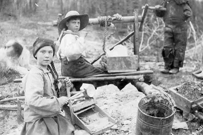 Rò rỉ bức ảnh 120 năm tuổi nghi là bằng chứng xuyên không của huyền thoại Greta Thunberg? - Ảnh 1.