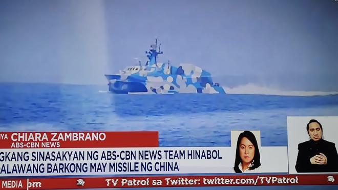 Tàu tấn công Trung Quốc mang tên lửa dồn dập truy đuổi phóng viên Philippines trên biển Đông - Ảnh 1.