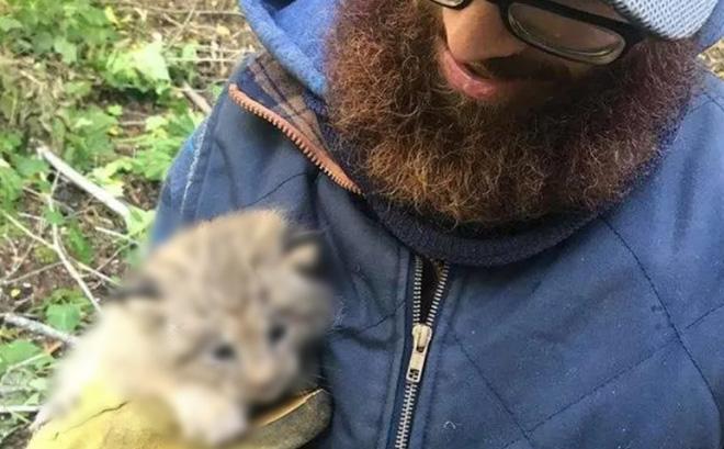 Gặp 1 con vật lạ bên đường, người đàn ông đem về nhà nuôi dưỡng rồi lập tức cầu cứu đơn vị chức năng