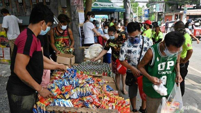 Quốc gia Đông Nam Á gồng mình chống COVID-19: Người dân xếp hàng từ 5h sáng để lấy thực phẩm miễn phí - Ảnh 1.