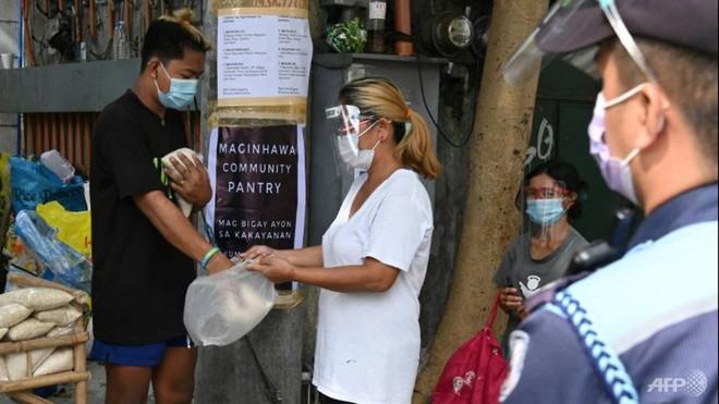 Quốc gia Đông Nam Á gồng mình chống COVID-19: Người dân xếp hàng từ 5h sáng để lấy thực phẩm miễn phí - Ảnh 4.
