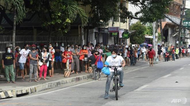 Quốc gia Đông Nam Á gồng mình chống COVID-19: Người dân xếp hàng từ 5h sáng để lấy thực phẩm miễn phí - Ảnh 2.