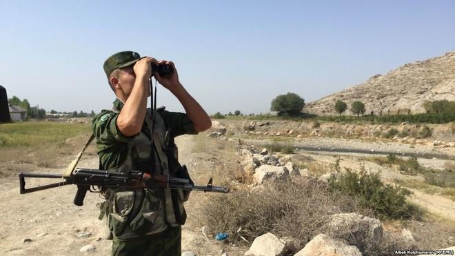 Giao tranh căng thẳng Kyrgyzstan - Tajikistan: Ném đá, đấu súng, nã pháo tại biên giới, hàng trăm người thương vong - Ảnh 1.