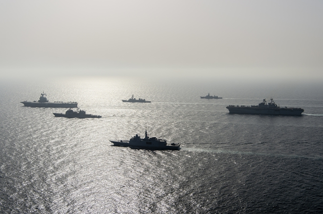 Hải quân Mỹ nổ súng dồn dập chặn tàu chiến Iran: Tất cả vào vị trí, căng thẳng nghẹt thở - Ảnh 2.