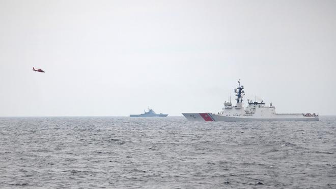Chiến hạm Nga vừa vây, vừa săn, tàu chiến Mỹ-Ukraine co dúm - Hàng chục xe tăng An ùn ùn kéo tới biên giới, sẵn sàng đối đầu Moscow? - Ảnh 1.