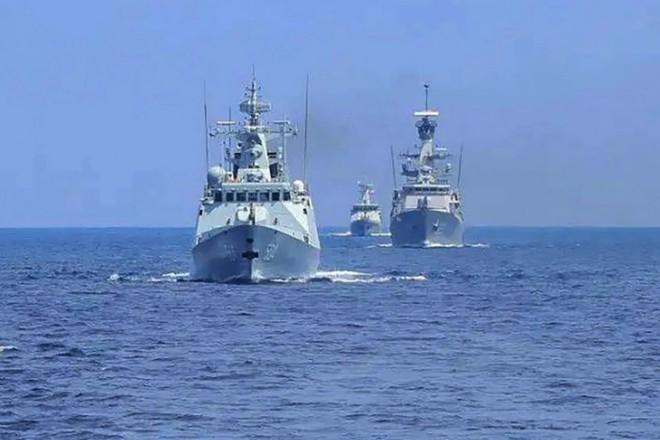 Xuất hiện hình ảnh mảnh vỡ tên lửa Trung Quốc rơi xuống Ấn Độ Dương - Tàu Nga vừa chặn vừa săn, chiến hạm Mỹ-Ukraine co rúm - Ảnh 1.