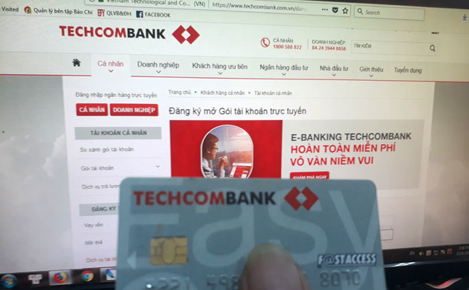 Hà Nội: Ra ngân hàng mở thẻ, khách sửng sốt vì loạt tài khoản mang nợ đứng tên mình