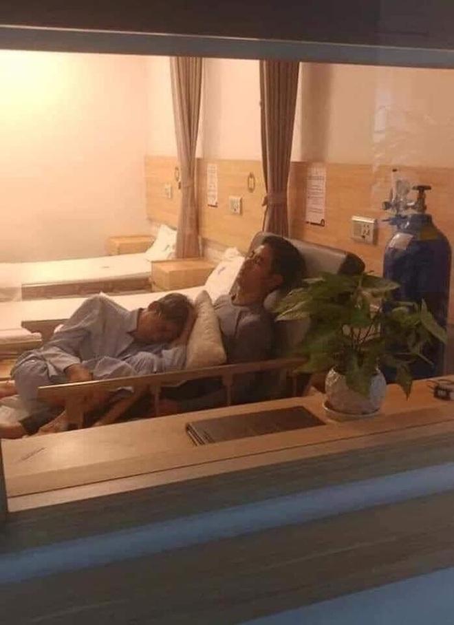 Bức ảnh nhận bão like trên MXH: Phía sau khoảnh khắc cha già nằm ngủ trong lòng con trai - Ảnh 2.