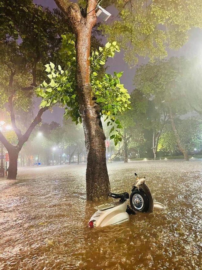 Hà Nội mưa lớn, phố biến thành sông, người đàn ông chật vật đẩy ô tô về nhà - Ảnh 4.