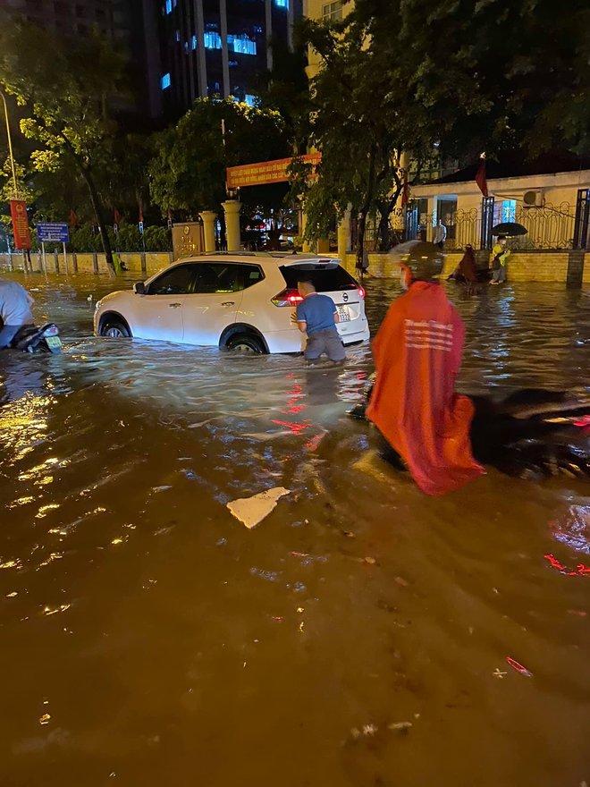 Hà Nội mưa lớn, phố biến thành sông, người đàn ông chật vật đẩy ô tô về nhà - Ảnh 5.