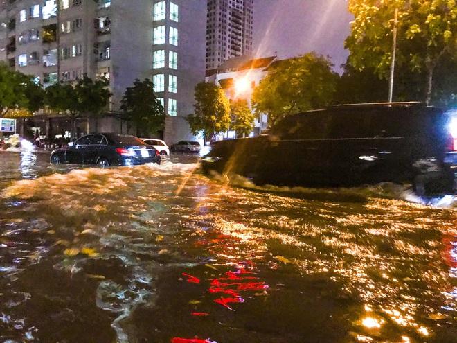 Hà Nội ngập sâu trong biển nước sau cơn mưa lớn đầu mùa - Ảnh 9.