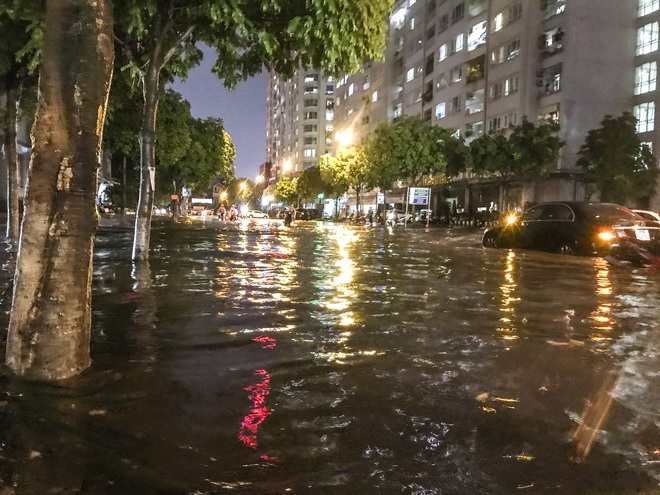 Hà Nội ngập sâu trong biển nước sau cơn mưa lớn đầu mùa - Ảnh 11.