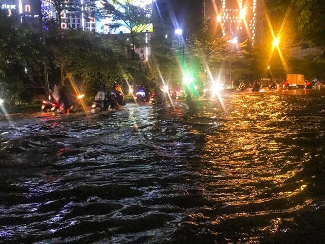 Hà Nội ngập sâu trong biển nước sau cơn mưa lớn đầu mùa - Ảnh 5.