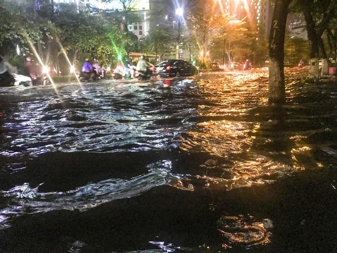 Hà Nội ngập sâu trong biển nước sau cơn mưa lớn đầu mùa - Ảnh 1.