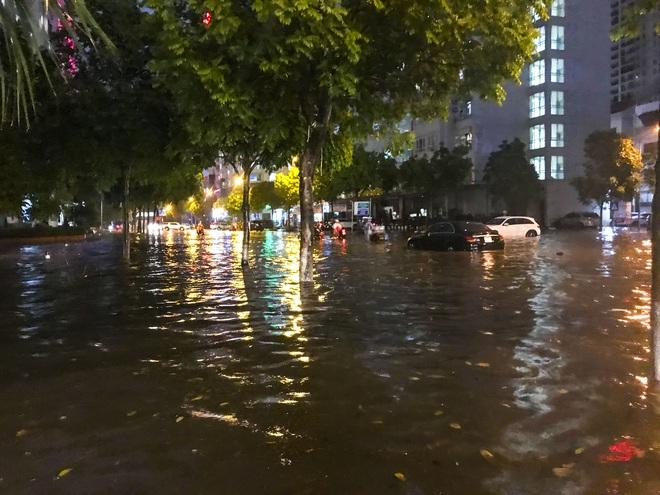 Hà Nội ngập sâu trong biển nước sau cơn mưa lớn đầu mùa - Ảnh 7.