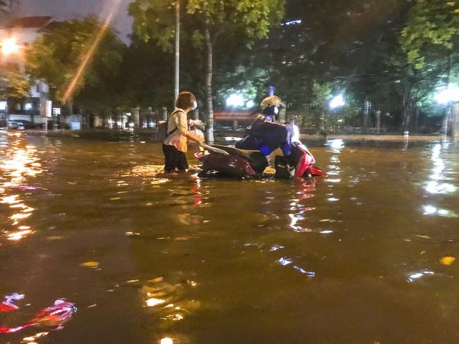 Hà Nội ngập sâu trong biển nước sau cơn mưa lớn đầu mùa - Ảnh 10.