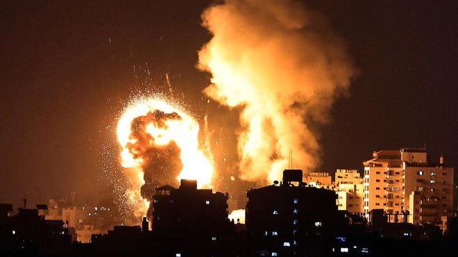 Bị gần 200 rocket và tên lửa đánh vỗ mặt, QĐ Israel tuyên bố 24 giờ không kích tự do vào Dải Gaza - Ảnh 1.