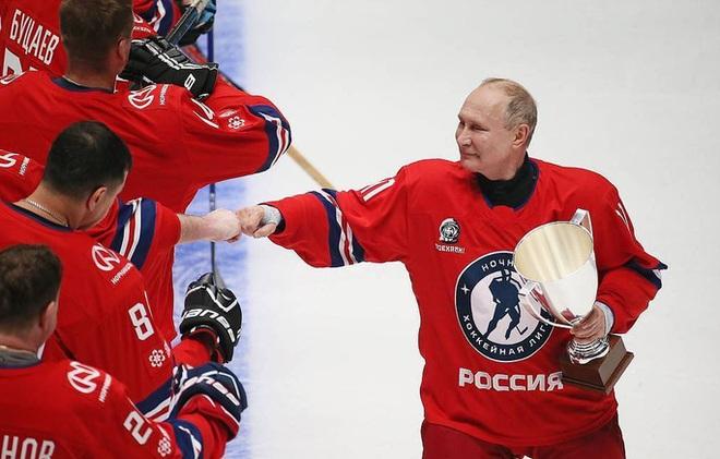 Lần đầu tái xuất trong giải khúc côn cầu ngôi sao, Tổng thống Putin gây sốt - ảnh 3