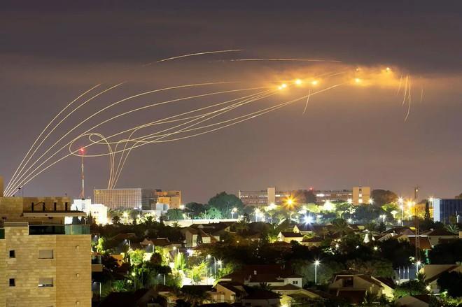 Israel bị tấn công dữ dội chưa từng có: Sốc và sợ hãi bao trùm, chiến tranh bùng nổ - Ảnh 3.