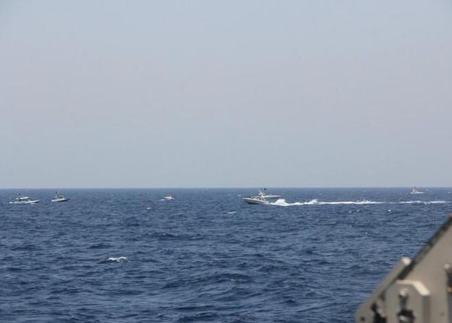 Xem video tàu Iran và tàu Mỹ đối đầu nhau trên Vịnh Ba Tư - Ảnh 2.