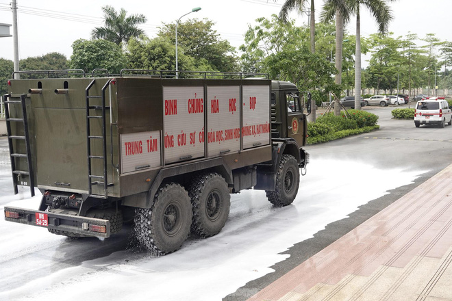 Bộ đội 'tấn công' ổ dịch COVID-19 ở BV Bệnh Nhiệt đới Trung ương cơ sở 2 - ảnh 12