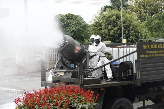 Bộ đội 'tấn công' ổ dịch COVID-19 ở BV Bệnh Nhiệt đới Trung ương cơ sở 2 - ảnh 14
