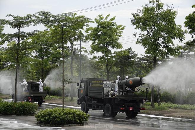 Bộ đội 'tấn công' ổ dịch COVID-19 ở BV Bệnh Nhiệt đới Trung ương cơ sở 2 - ảnh 15